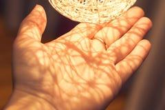 Palm met warme verlichting van een decoratieve lamp stock foto