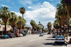 PALM SPRINGS, CALIFORNIA/USA - LIPIEC 29: Widok palm springs dalej Zdjęcie Stock