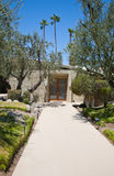 Palm Springs-Haus mit Gehweg und Türen Stockbild