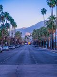 Palm Springs Kalifornia zmierzch na mainstreet obrazy royalty free