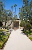 Palm Springshus med gångbanan och dörrar Fotografering för Bildbyråer