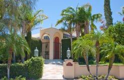 Palm Springshus med höjdpunktbågeingången Royaltyfri Bild