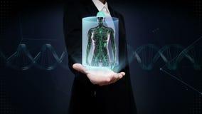 Palma aberta da mulher de negócios, corpo humano fêmea que faz a varredura do sistema linfático Luz azul do raio X filme