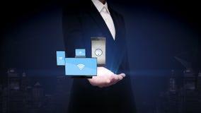 Palma aberta da mulher de negócios, função esperta com dispositivos móveis, tecnologia dos wi fi da parte de IOT ilustração stock