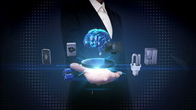 Palma aberta da mulher de negócios, tecnologia do cérebro da inteligência artificial que conecta os dispositivos home espertos, I