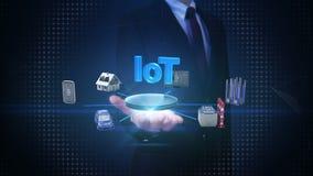 A palma aberta do homem de negócios, casa esperta, fábrica, construção, carro, móbil, sensor do Internet conecta o Internet do `