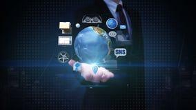 A palma aberta do homem de negócios, terra de giro, carro conecta a tecnologia usando gps serviço de rede social, informação video estoque