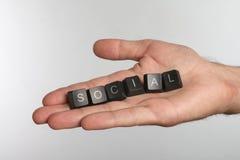 Palma abierta con seis botones del ordenador con la palabra SOCIAL imagen de archivo libre de regalías