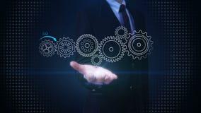 Palma abierta del hombre de negocios, concepto de dibujo con la rueda de engranaje en la pizarra, meta, visión, idea, trabajo del stock de ilustración