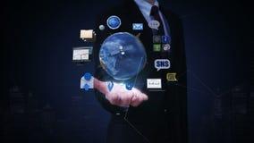 Palma aperta dell'uomo d'affari, terra girante, servizio di rete sociale espandentesi satellite artificiale, comunicazione