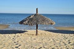 A palma cobriu com sapê o guarda-chuva na praia do mar de Cortez, San Felipe, Baja, México Fotografia de Stock