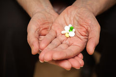 Palma com comprimidos e vitaminas Imagens de Stock