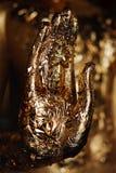 Palma da imagem da coberta da Buda pela folha de ouro imagens de stock