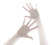 Palma de la mano asustadiza detrás del fondo de la cortina de ducha Imagen de archivo