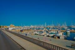 PALMA DE MAIORCA, ESPANHA - 18 DE AGOSTO DE 2017: Opinião bonita do porto com os iate brancos em Palma de Mallorca, baleárica Fotos de Stock Royalty Free