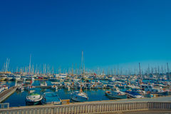 PALMA DE MAIORCA, ESPANHA - 18 DE AGOSTO DE 2017: Opinião bonita do porto com os iate brancos em Palma de Mallorca, baleárica Imagens de Stock Royalty Free