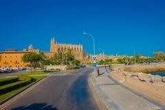 PALMA DE MAIORCA, ESPANHA - 18 DE AGOSTO DE 2017: Povos não identificados que andam na rua próximo do porto em Palma de Mallorca Fotos de Stock