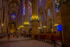 PALMA DE MAIORCA, ESPANHA - 18 DE AGOSTO DE 2017: Povos não identificados que apreciam a vista interior da catedral de Santa Mari Fotos de Stock Royalty Free