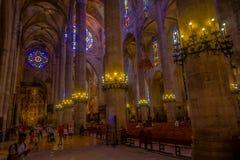 PALMA DE MAIORCA, ESPANHA - 18 DE AGOSTO DE 2017: Povos não identificados que apreciam a vista interior da catedral de Santa Mari Imagem de Stock