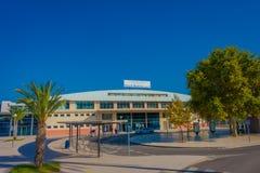 PALMA DE MAIORCA, ESPANHA - 18 DE AGOSTO DE 2017: Povos não identificados que andam na rua próximo do porto em Palma de Mallorca Imagem de Stock Royalty Free