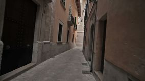 Palma de Mallorca, caminhada ao longo das ruas estreitas da cidade video estoque