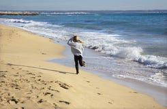 Palma de Mallorca - działająca dziewczyna na plaży miasto fotografia royalty free