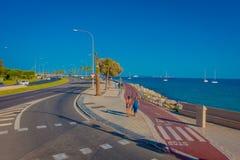 PALMA DE MALLORCA, ESPAÑA - 18 DE AGOSTO DE 2017: Gente no identificada que camina en la calle cerca del puerto en Palma de Mallo Foto de archivo libre de regalías