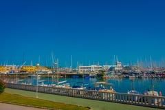 PALMA DE MALLORCA, ESPAÑA - 18 DE AGOSTO DE 2017: Opinión hermosa del puerto con los yates blancos en Palma de Mallorca, balear Fotos de archivo