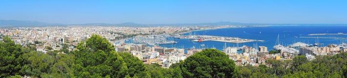 Palma de Mallorca, Espanha Ajardine à cidade do castelo de Bellver imagens de stock