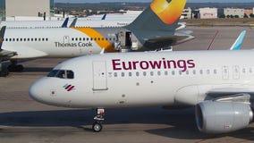 Palma de Mallorca, Espanha Eurowings Airbus A320 no aeroporto de Palma de Majorca taxiing ao terminal filme