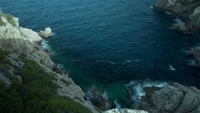 Palma de Mallorca, Espanha, penhascos bonitos, vista alta-acima, rochas e muitas plantas e árvores, mar no fundo, flora espanhola filme