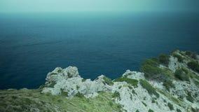 Palma de Mallorca, Espanha, penhascos bonitos, vista alta-acima, rochas e muitas plantas e árvores, mar no fundo, flora espanhola vídeos de arquivo