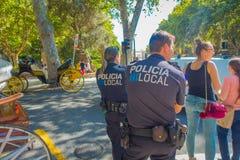 PALMA DE MALLORCA HISZPANIA, SIERPIEŃ, - 18 2017: Funkcjonariuszi policji przy bulwarem Urodzonym w Palmie de Mallorca, Hiszpania Zdjęcia Stock