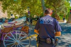PALMA DE MALLORCA HISZPANIA, SIERPIEŃ, - 18 2017: Funkcjonariuszi policji przy bulwarem Urodzonym w Palmie de Mallorca, Hiszpania Zdjęcie Royalty Free