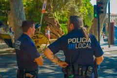 PALMA DE MALLORCA HISZPANIA, SIERPIEŃ, - 18 2017: Funkcjonariuszi policji przy bulwarem Urodzonym w Palmie de Mallorca, Hiszpania Zdjęcia Royalty Free