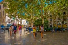 PALMA DE MALLORCA HISZPANIA, SIERPIEŃ, - 18 2017: Niezidentyfikowani ludzie chodzi przy bulwarem Urodzonym w Palmie de Mallorca,  Fotografia Stock