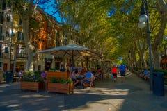 PALMA DE MALLORCA HISZPANIA, SIERPIEŃ, - 18 2017: Niezidentyfikowani ludzie przy bulwarem Urodzonym w Palmie de Mallorca, Hiszpan Obraz Stock