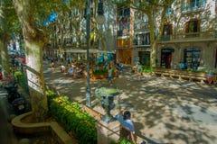 PALMA DE MALLORCA HISZPANIA, SIERPIEŃ, - 18 2017: Odgórny widok niezidentyfikowani ludzie chodzi przy bulwarem Urodzonym w Palmie Obrazy Stock