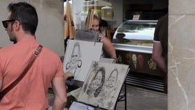 Palma de Mallorca, Kunstenaars op de straat trekt voor toeristen stock videobeelden
