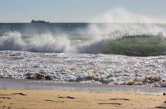 Palma de Mallorca - la grande vague et la cargaison à l'arrière-plan images stock