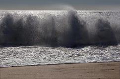 Palma de Mallorca - la grande vague et les voiles faisantes de la planche à voile dans le barckgroud photographie stock