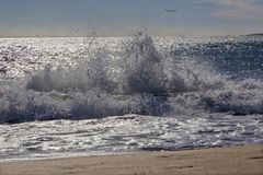 Palma de Mallorca - la grande vague et les voiles faisantes de la planche ? voile dans le barckgroud image stock