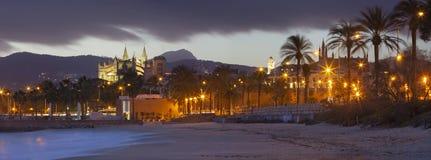 Palma de Mallorca - le panorama de la plage de la ville et de la La Seu de cathédrale à l'arrière-plan photos stock