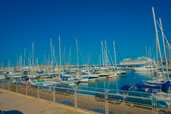 PALMA DE MALLORCA SPANIEN - AUGUSTI 18 2017: Den härliga hamnsikten med vit seglar i Palma de Mallorca som är balearic Arkivbild