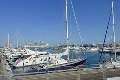 PALMA DE MALLORCA SPANIEN - AUGUSTI 18 2017: Den härliga hamnsikten med vit seglar i Palma de Mallorca som är balearic Royaltyfria Foton