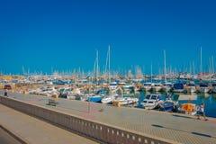 PALMA DE MALLORCA SPANIEN - AUGUSTI 18 2017: Den härliga hamnsikten med vit seglar i Palma de Mallorca som är balearic Royaltyfri Foto