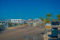 PALMA DE MALLORCA SPANIEN - AUGUSTI 18 2017: Hamnsikten med vit seglar i Palma de Mallorca, Balearic Island, Spanien Royaltyfria Bilder