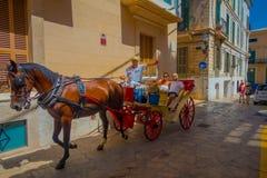 PALMA DE MALLORCA SPANIEN - AUGUSTI 18 2017: Oidentifierade par över en vagn som reser runt om gatan i gammal stad Royaltyfri Bild