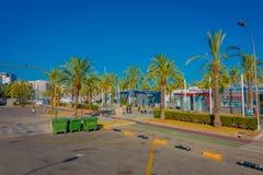 PALMA DE MALLORCA SPANIEN - AUGUSTI 18 2017: Oidentifierat folk som nära går i gatan av hamnen i Palma de Mallorca Royaltyfri Foto