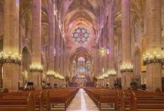 PALMA DE MALLORCA SPANIEN - JANUARI 30, 2019: Skeppet av domkyrkaLa Seu royaltyfria bilder